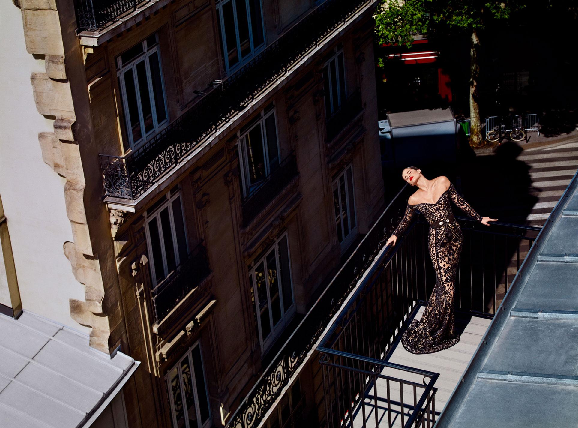 Сара Сампайо демонстрирует модные наряды на улицах и балконах Парижа / фото 08