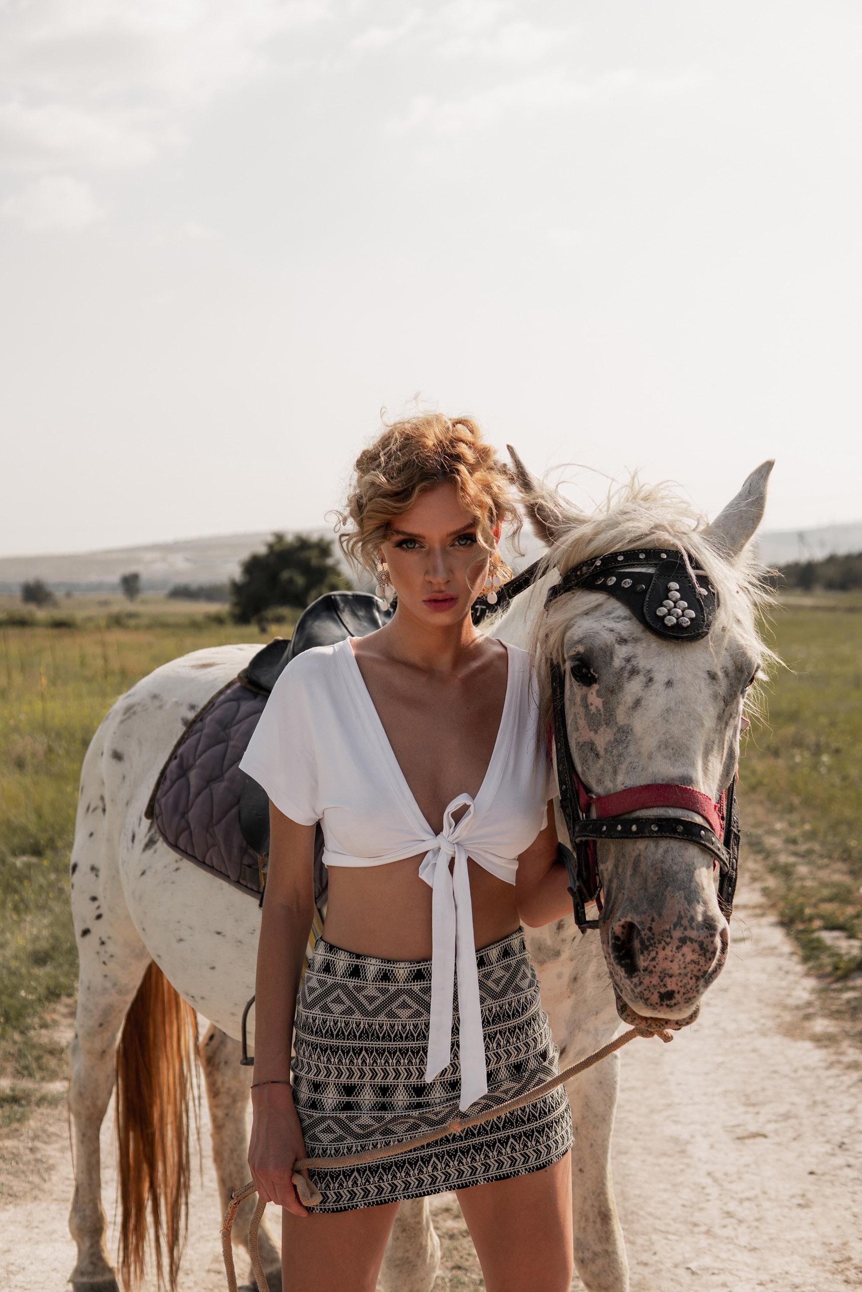 Девушка и лошадь / Даша Степанова в журнале Picton / фото 03