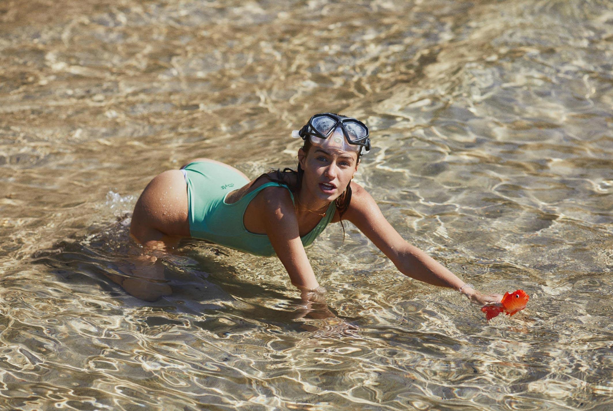 Девушка развлекается на пляже / фото 01