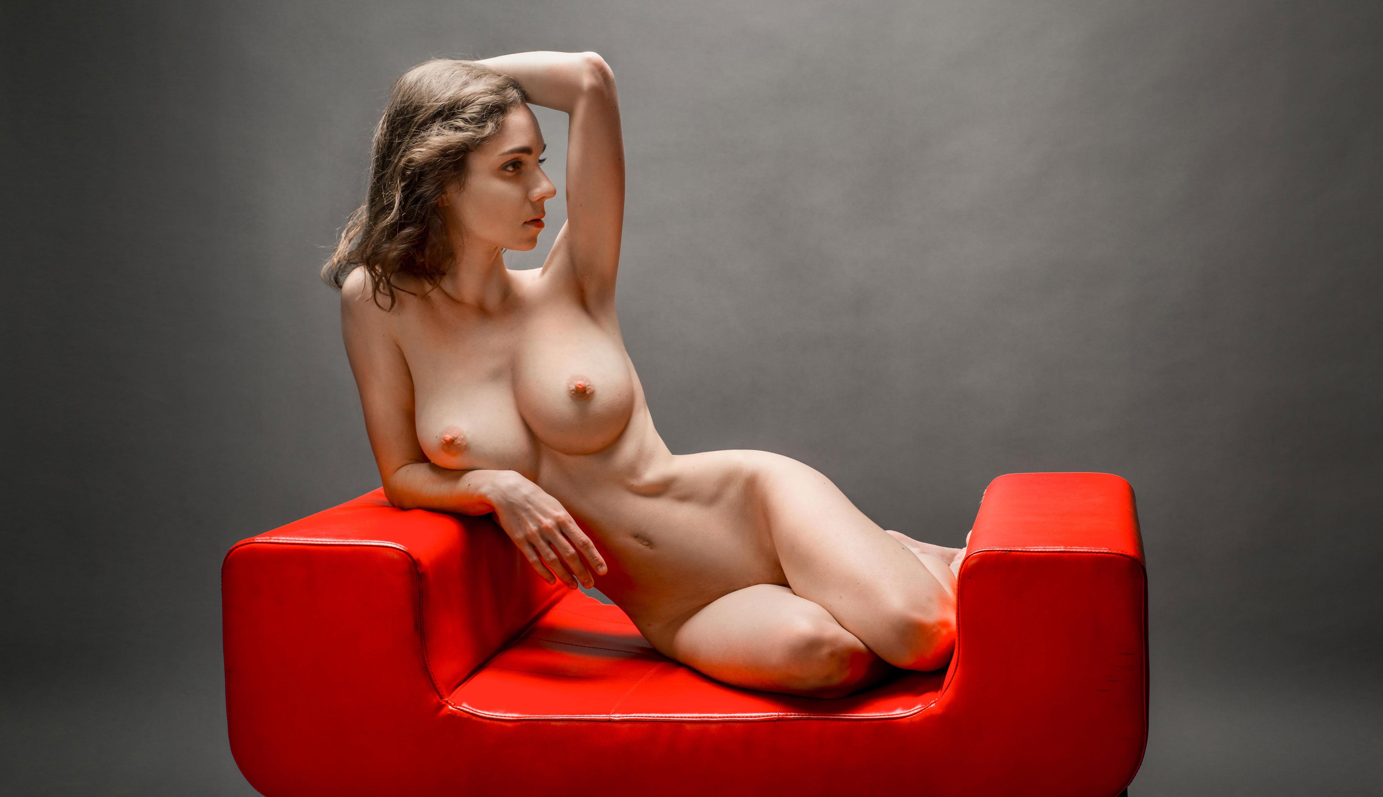 Голая Анна Меньшикова на красной банкетке / Anna Menshikova nude by Anton Smolsky