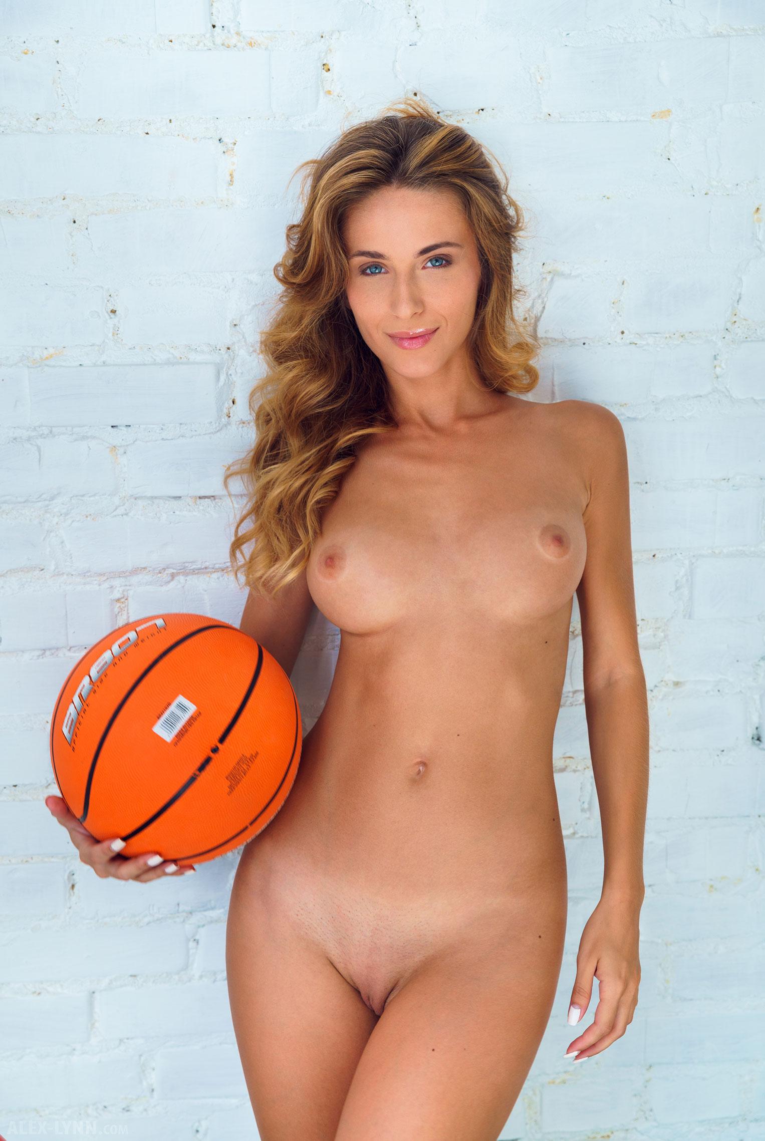Играем в баскетбол красиво / голая Наталья Войнар с баскетбольным мячом / фото 19