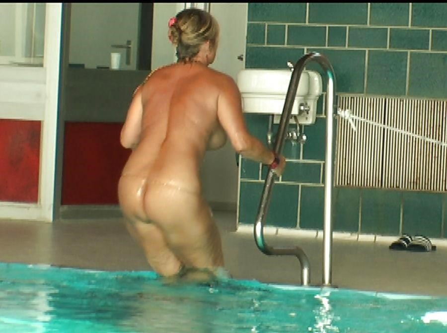 Sex in the public pool-5014