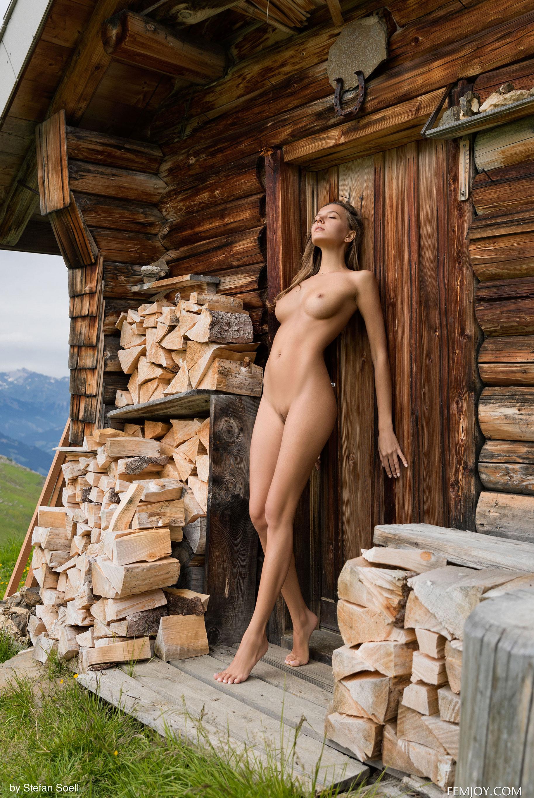 Сексуальная Катя - голая и одинокая в избушке на склоне Альпийских гор / фото 10