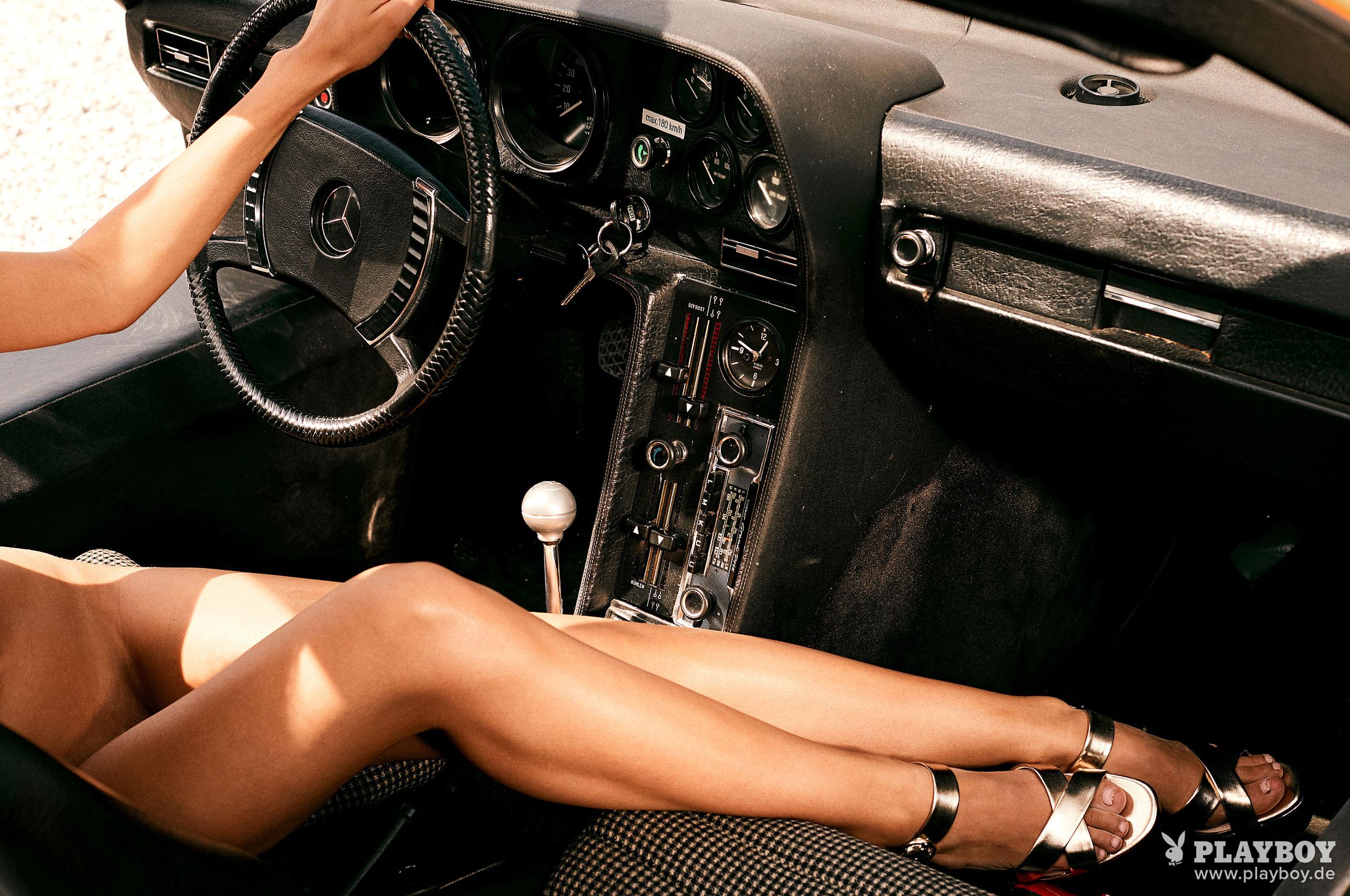 Сексуальная и голая Вероника Климович позирует вместе с легендарным Mercedes-Benz C 111 / фото 10