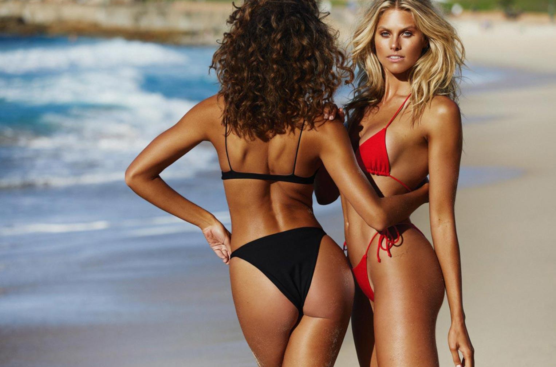 Девушки в купальниках на пляже / фото 01