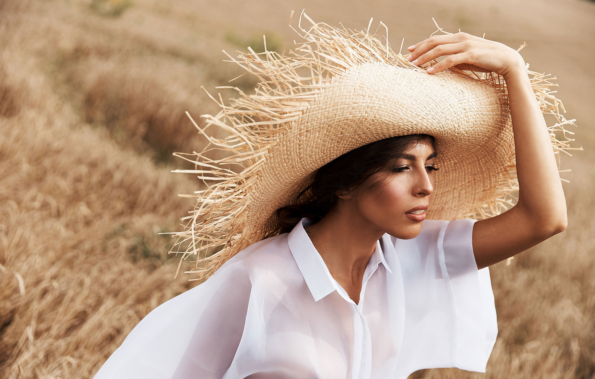 Красивая сексуальная девушка в пшеничном поле / фото 03