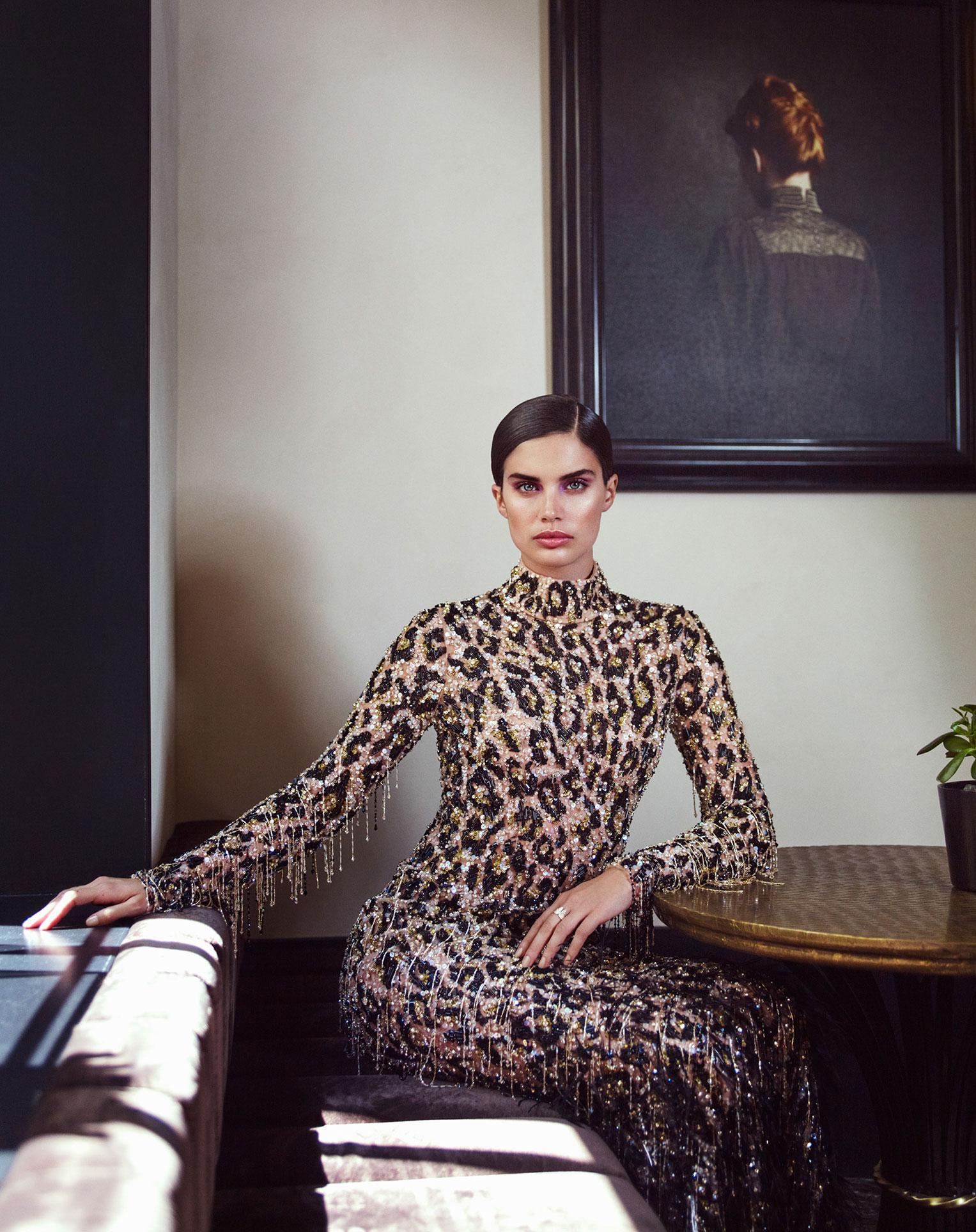 Сара Сампайо демонстрирует модные наряды на улицах и балконах Парижа / фото 04