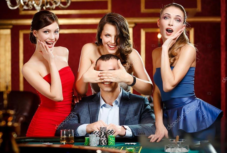 мужчина с красивыми девушками в казино
