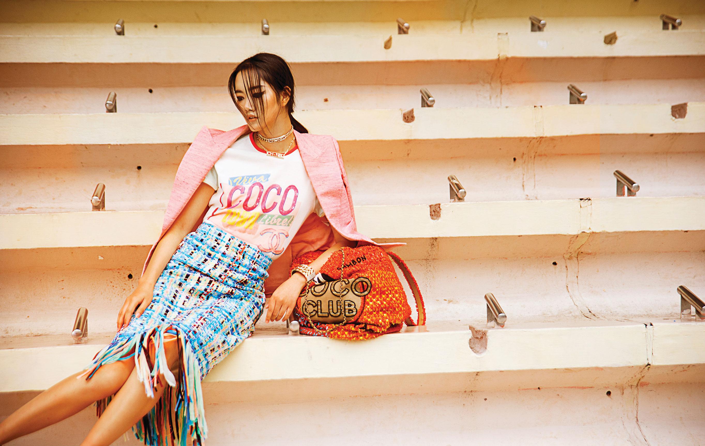 Модная азиатская девушка скучает на трибунах стадиона / фото 06