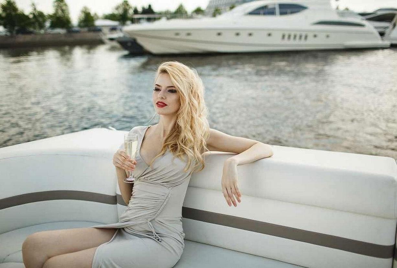 полуголая Майя Дмитриева отдыхает на катере / Maya Dmitrieva naked by Kirill Karetin
