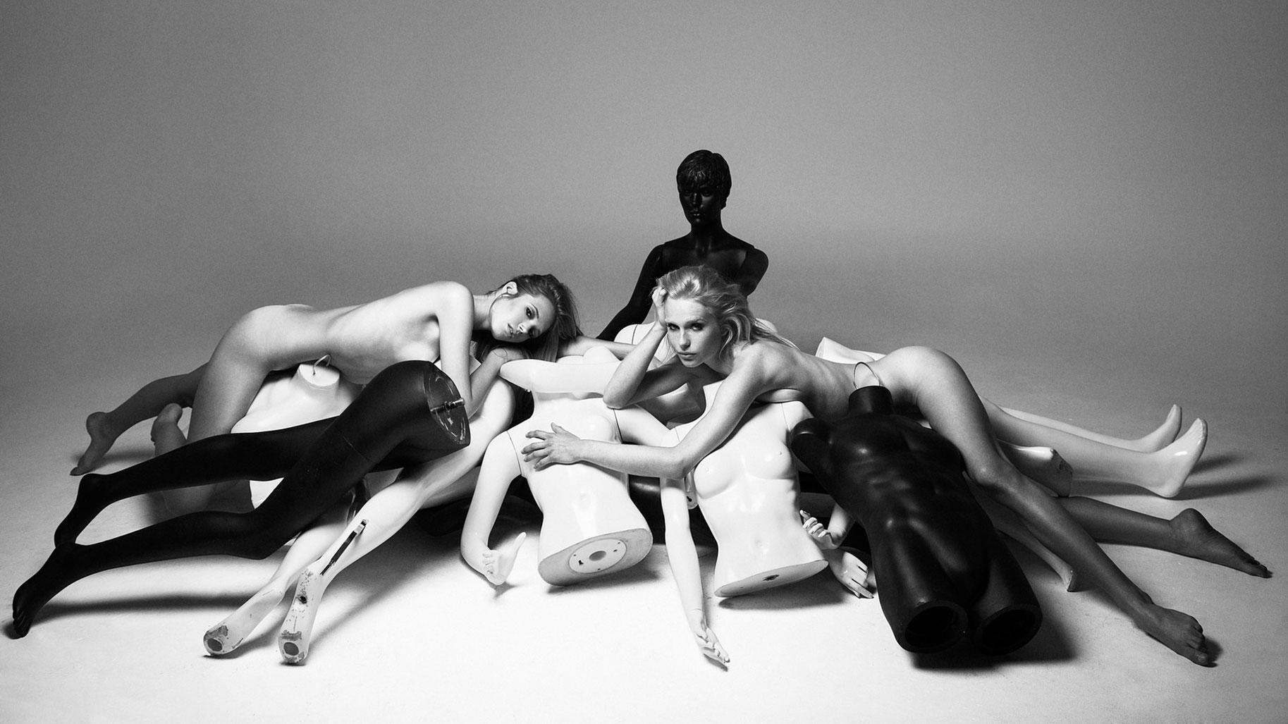 Голые девушки и манекены в серии фотографий Factory Girls by Khoa Bui