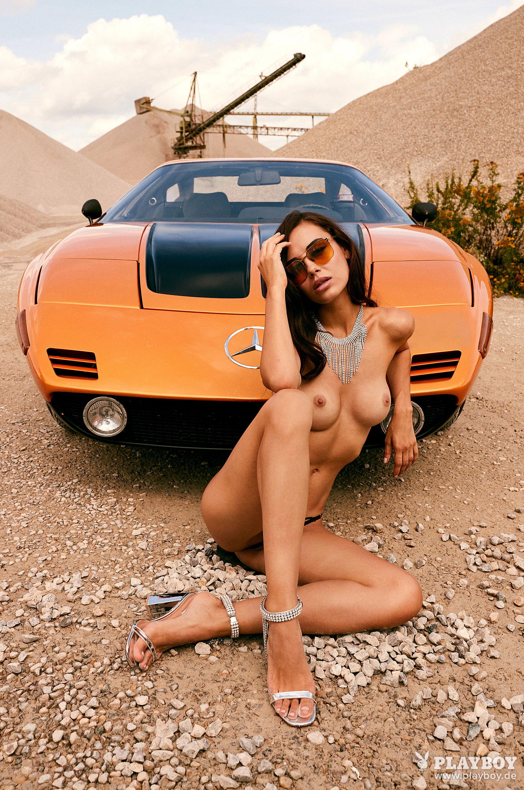 Сексуальная и голая Вероника Климович позирует вместе с легендарным Mercedes-Benz C 111 / фото 07