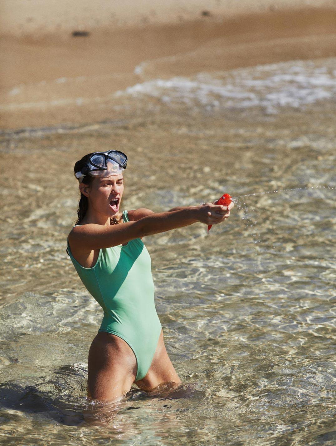 Девушка развлекается на пляже / фото 02