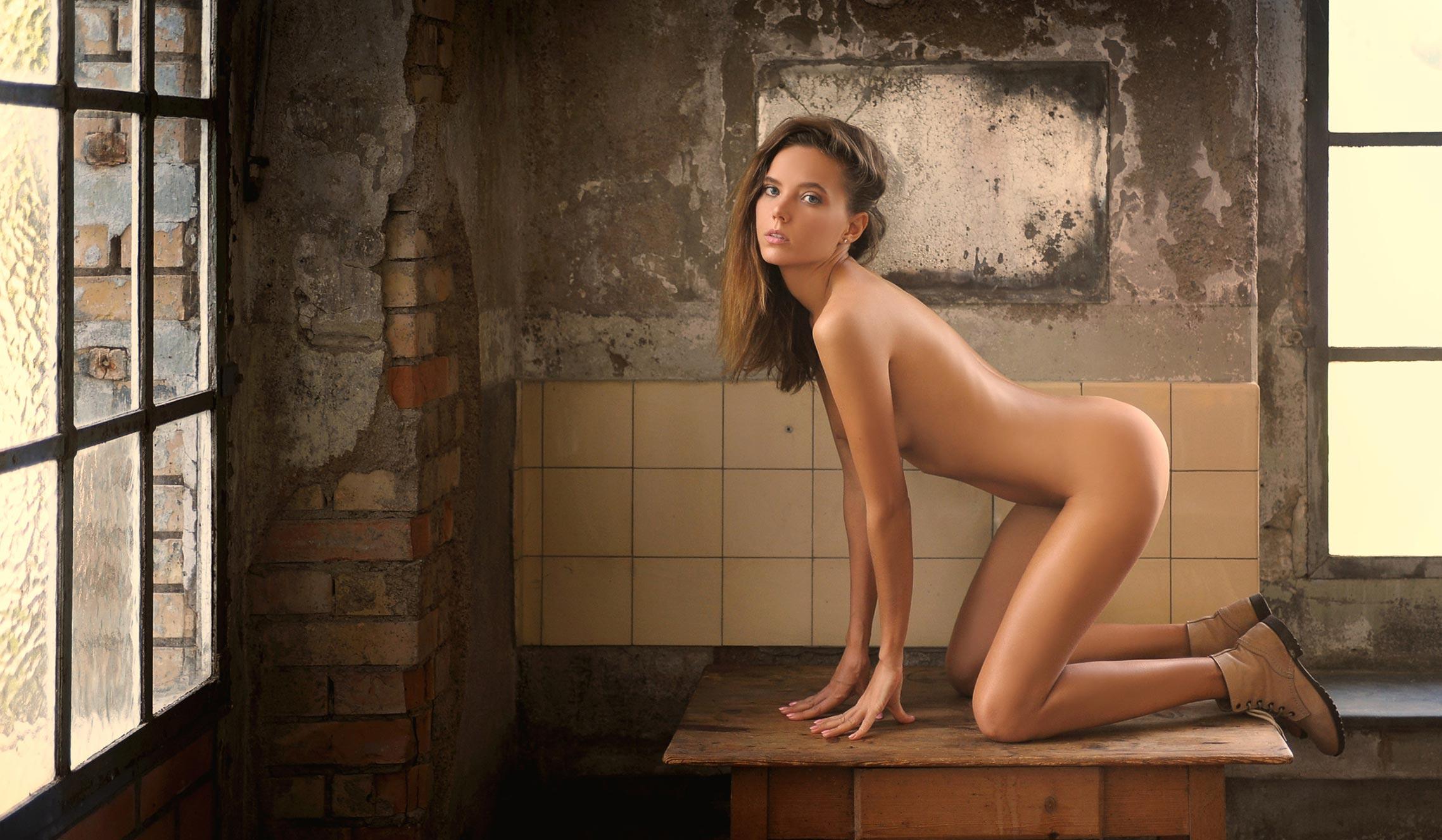 голая Катя в полуразрушенном доме / фото 01