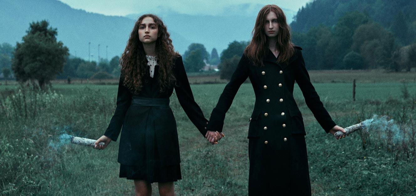 Две юные ведьмочки