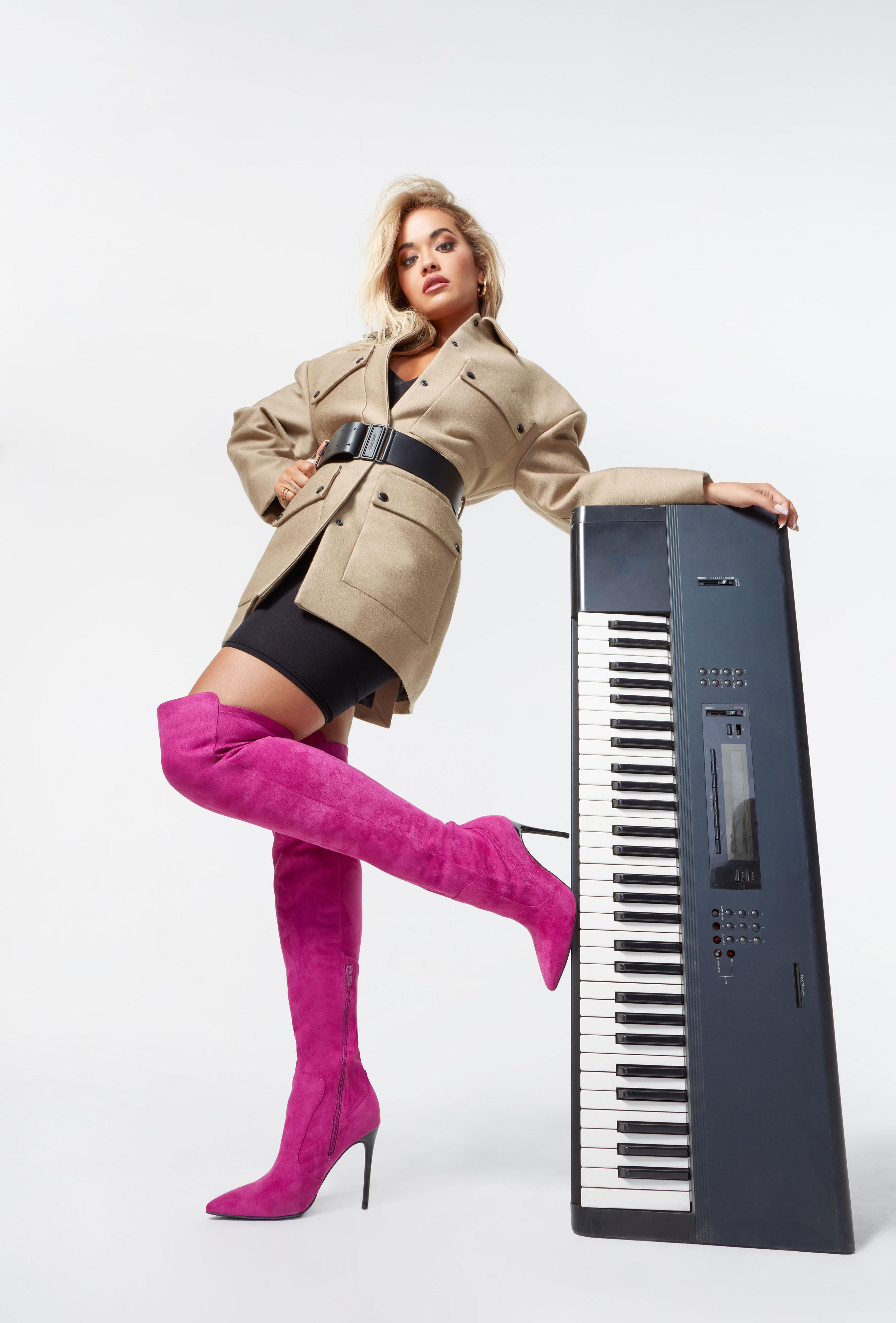 Рита Ора в обуви модного бренда ShoeDazzle, сезон 2020 / фото 26