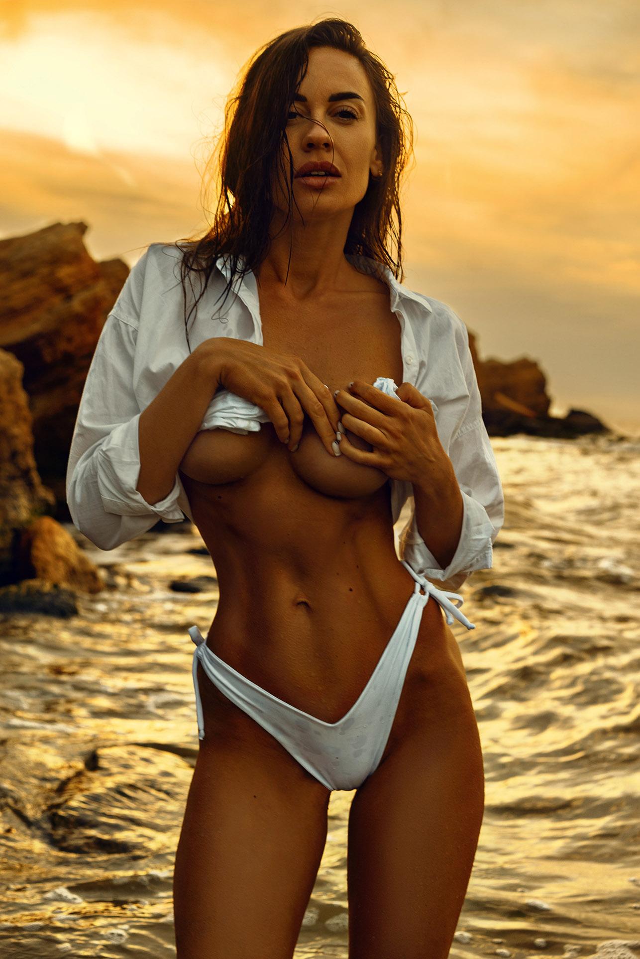 Утро на пляже с сексуальной полуголой красавицей / фото 03