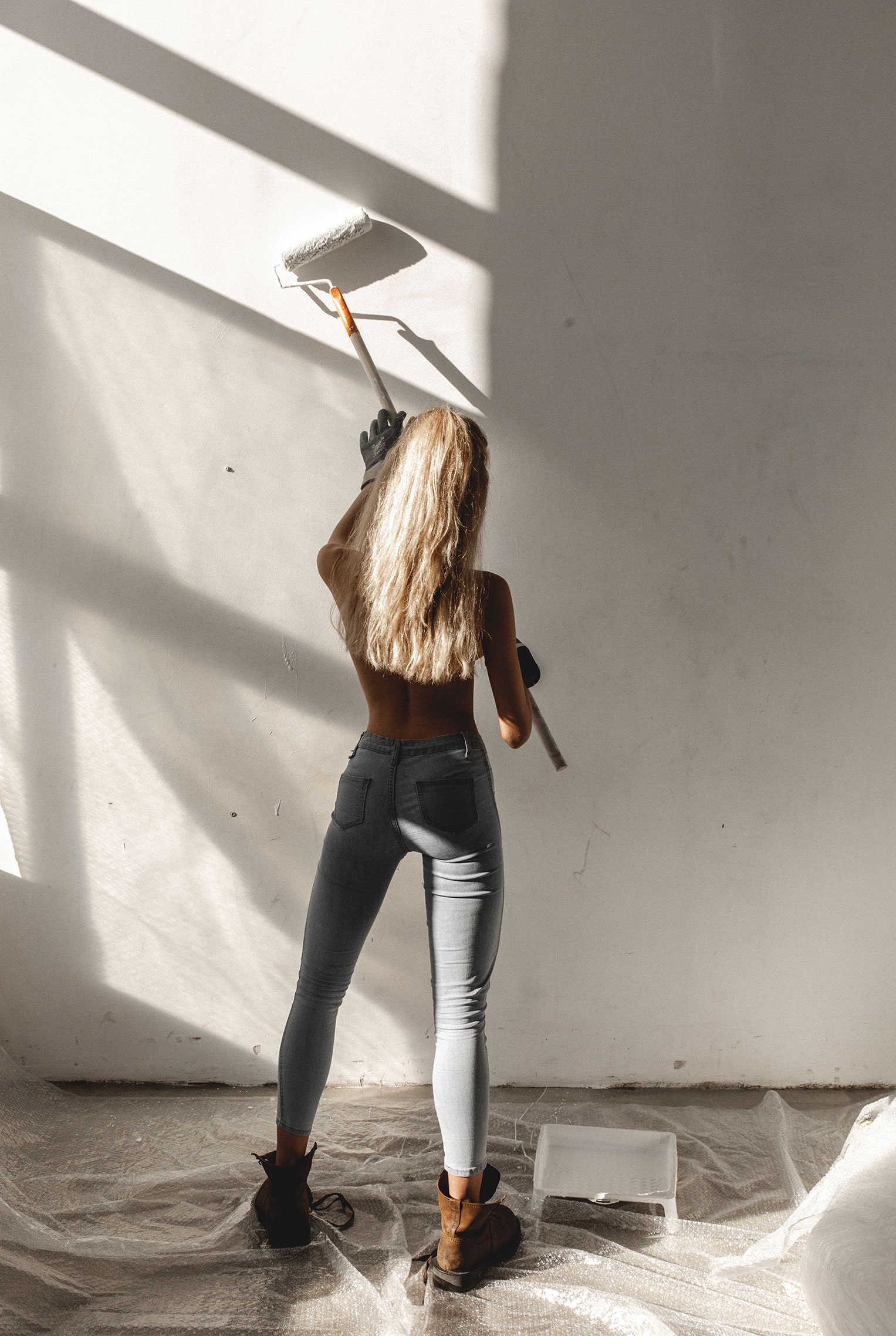Сексуальная Маша красила стены и заляпалась в краске / фото 07