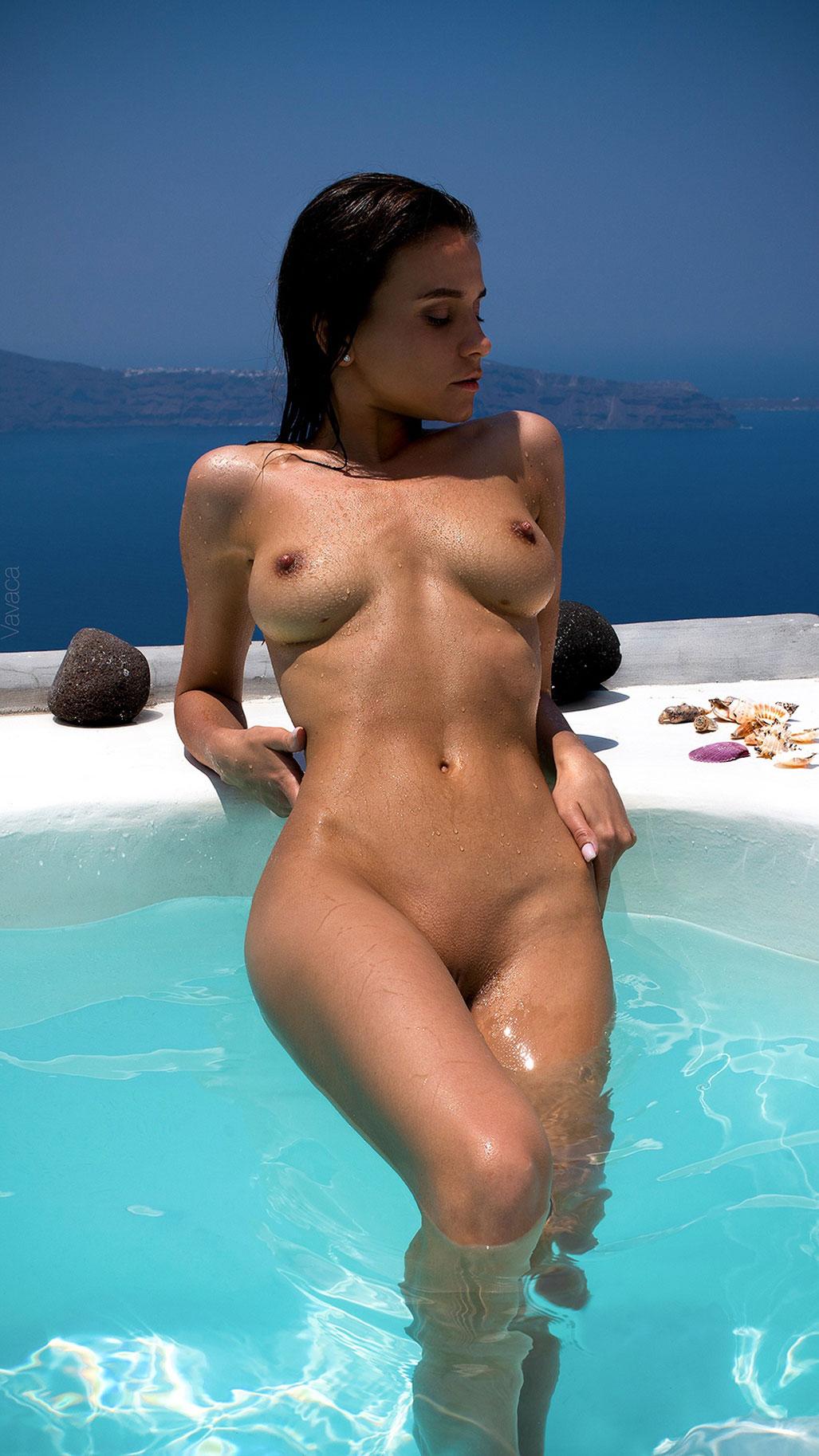 голая Кристина Макарова в бассейне над островом Санторини / фото 09