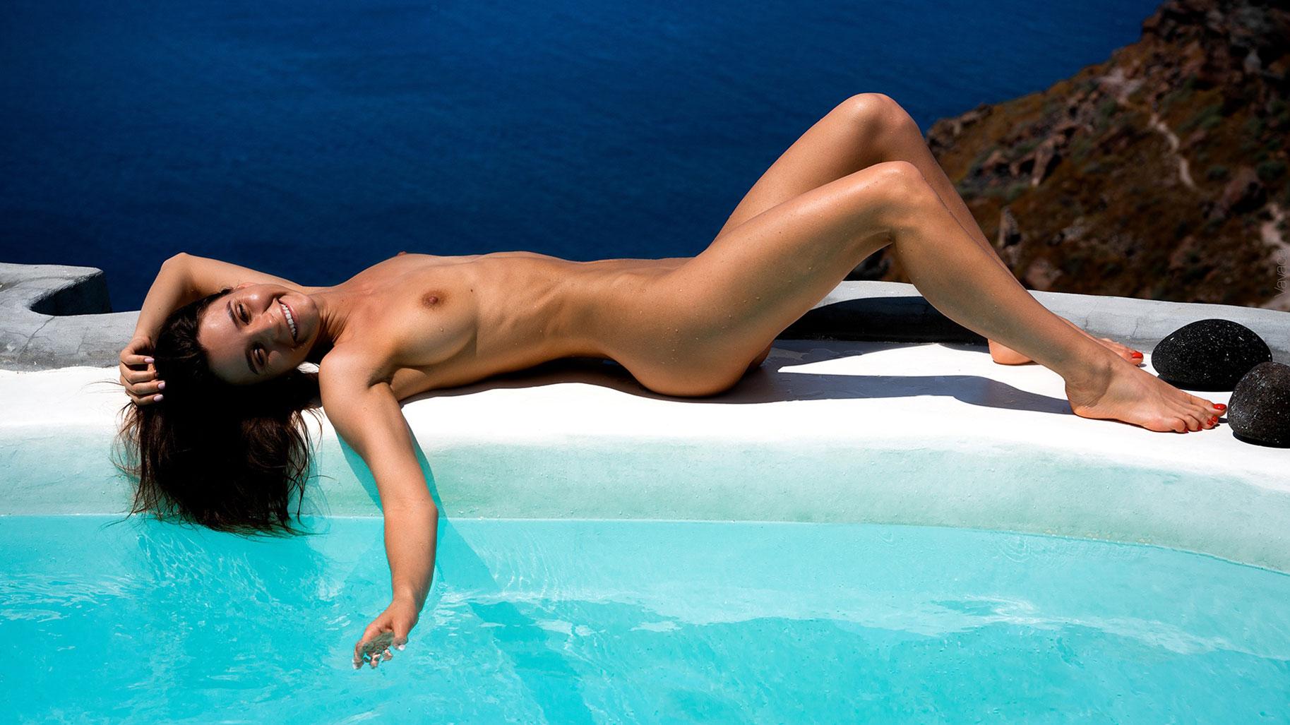 голая Кристина Макарова в бассейне над островом Санторини / фото 07