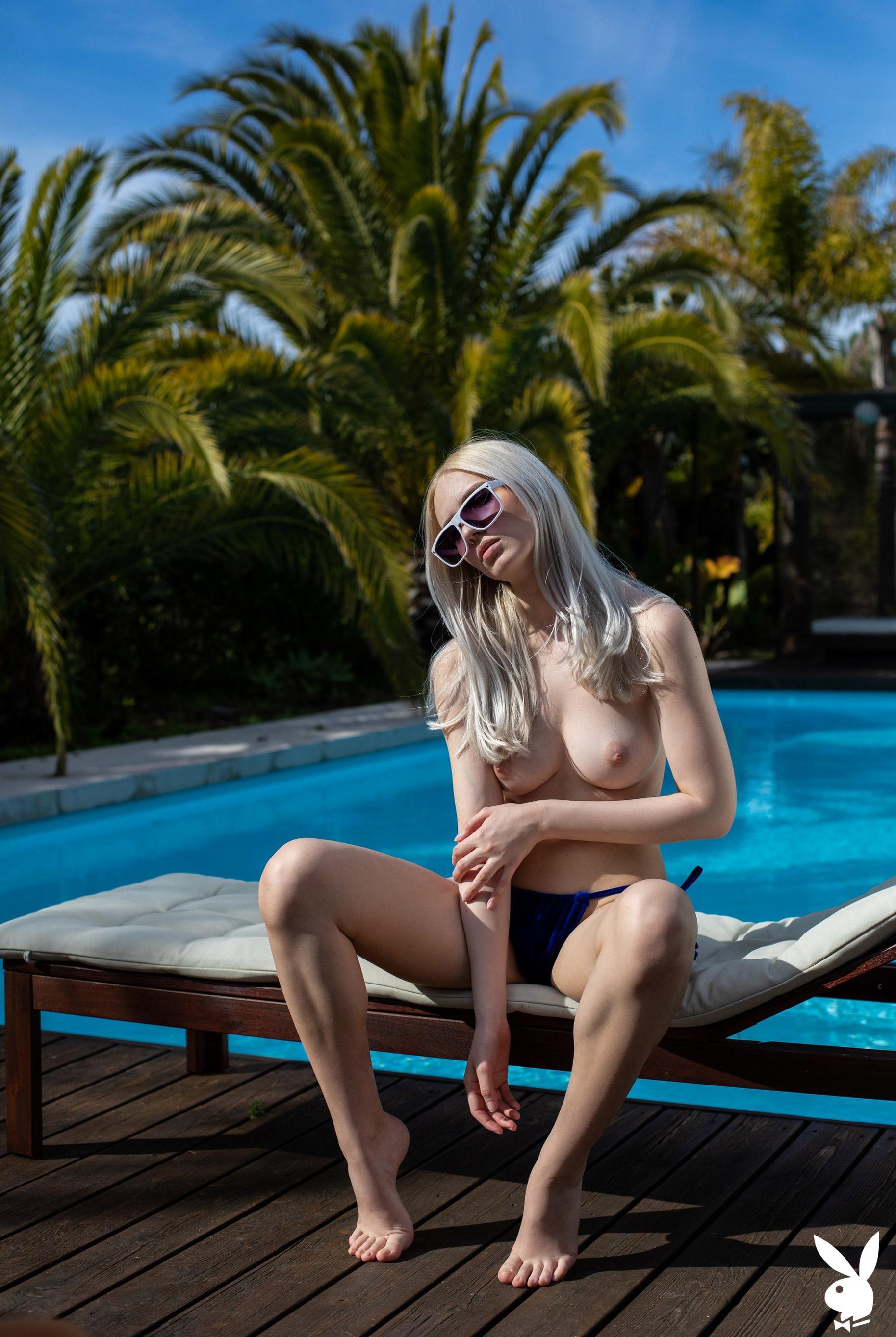 Голая Моника отдыхает у бассейна в тропиках / фото 04
