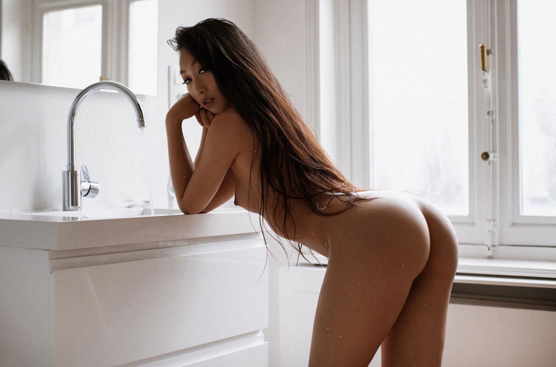голая азиатская девушка в ванной / фото 12