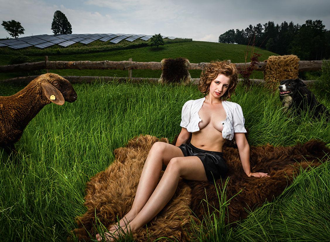 Баварские девушки в календаре JungBauernKalender / австрийская версия, октябрь - Коррина из Тироля
