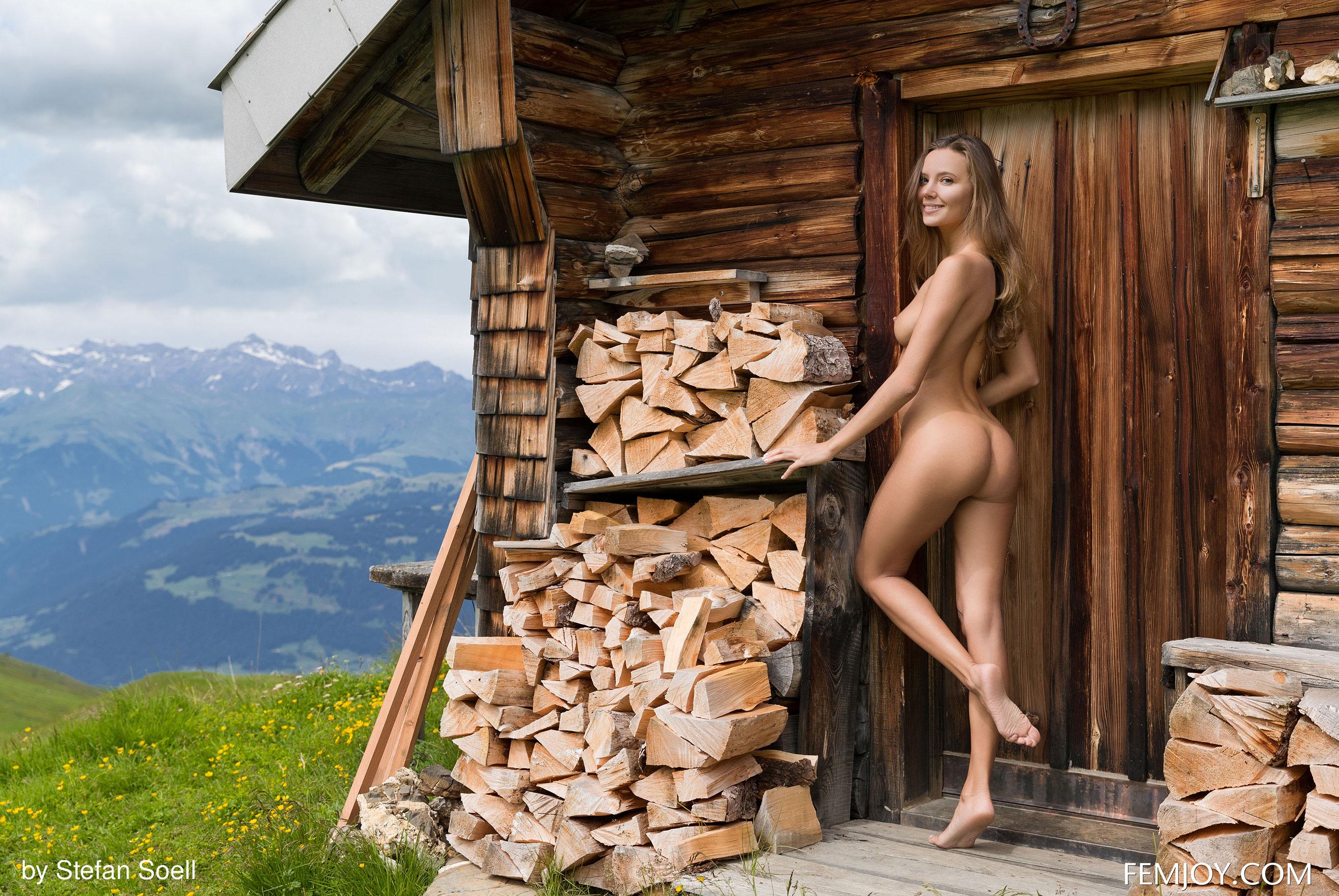 Сексуальная Катя - голая и одинокая в избушке на склоне Альпийских гор / фото 12