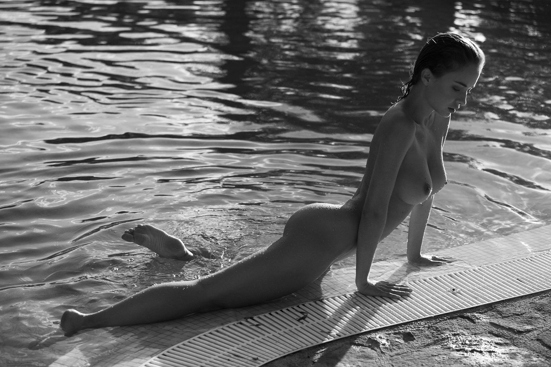 сексуальная обнаженная девушка отдыхает у бассейна / фото 24