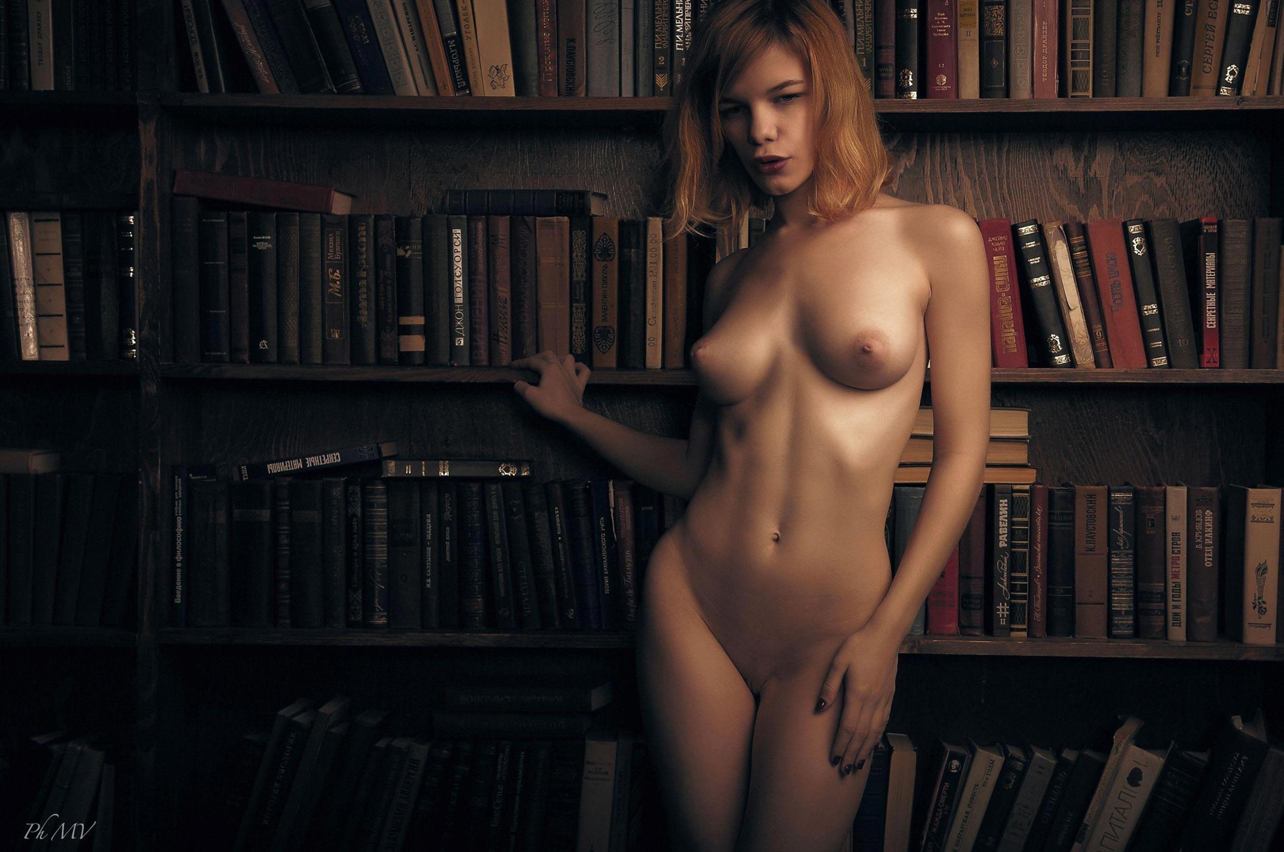 голая Мария Зайцева в старом профессорском доме / фото 03
