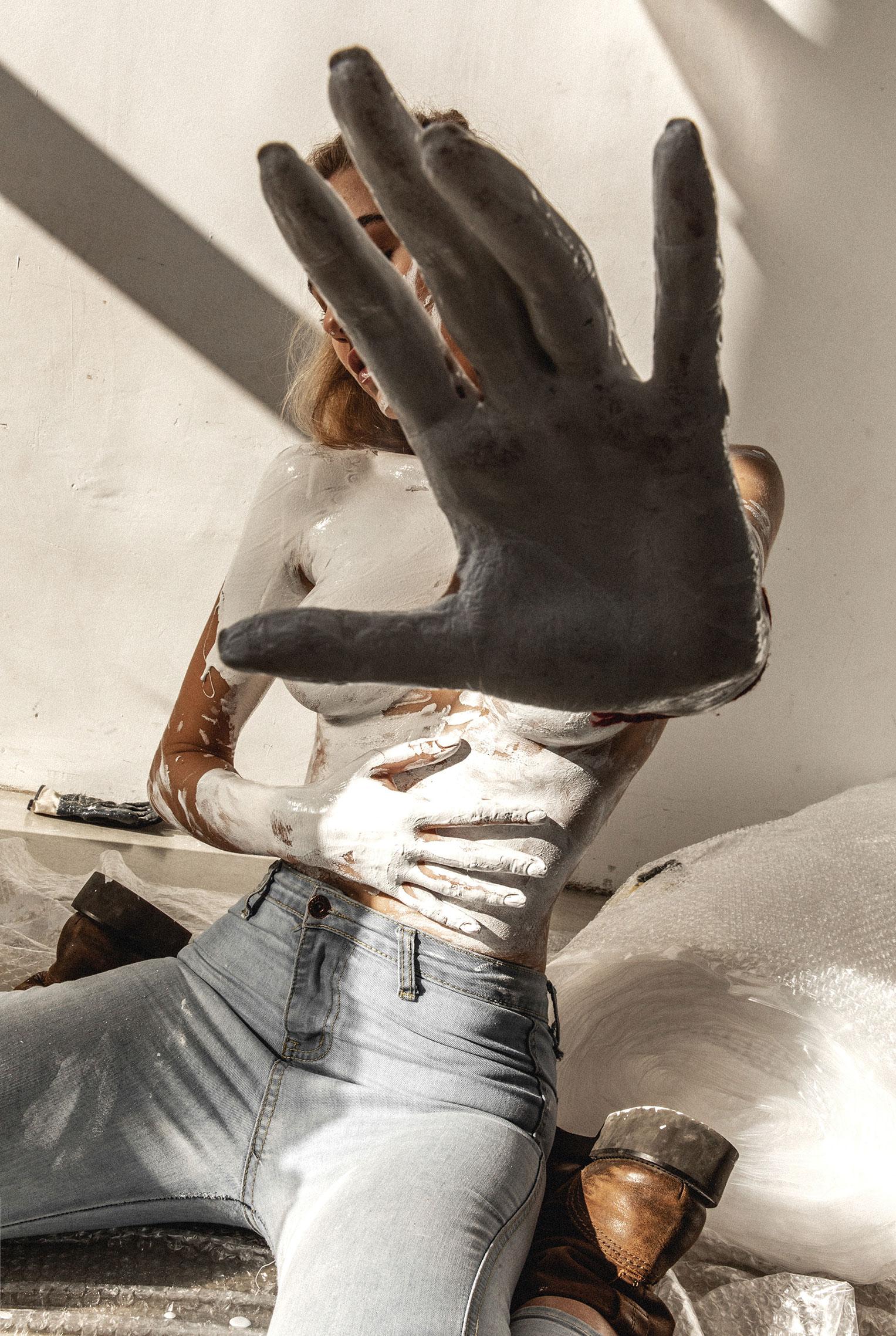 Сексуальная Маша красила стены и заляпалась в краске / фото 02