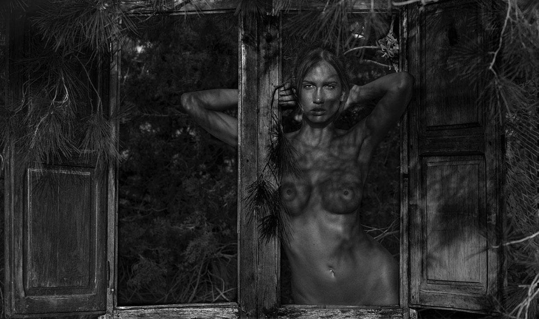 голая Аманда отдыхает в домике у моря / фото 01