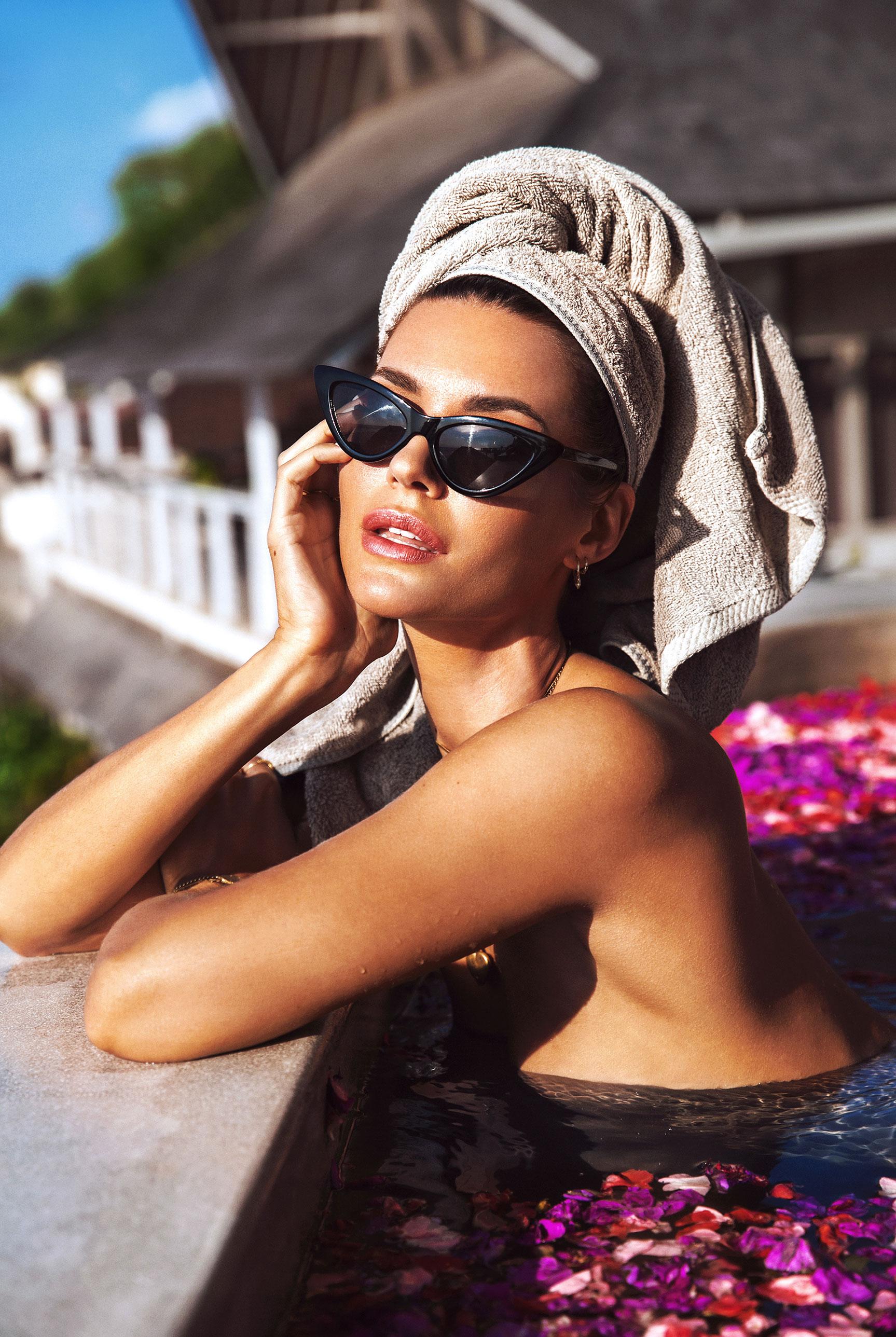 Сексуальная голая девушка в бассейне, заполненном лепестками роз в отеле с шикарным видом на острове Бали / фото 02