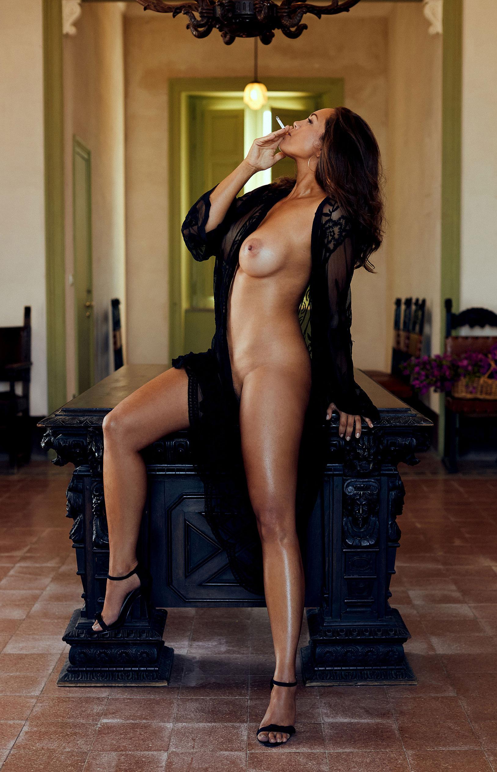 актриса Инес Кверманн - звезда немецкого Playboy в июне 2020-го / фото 02