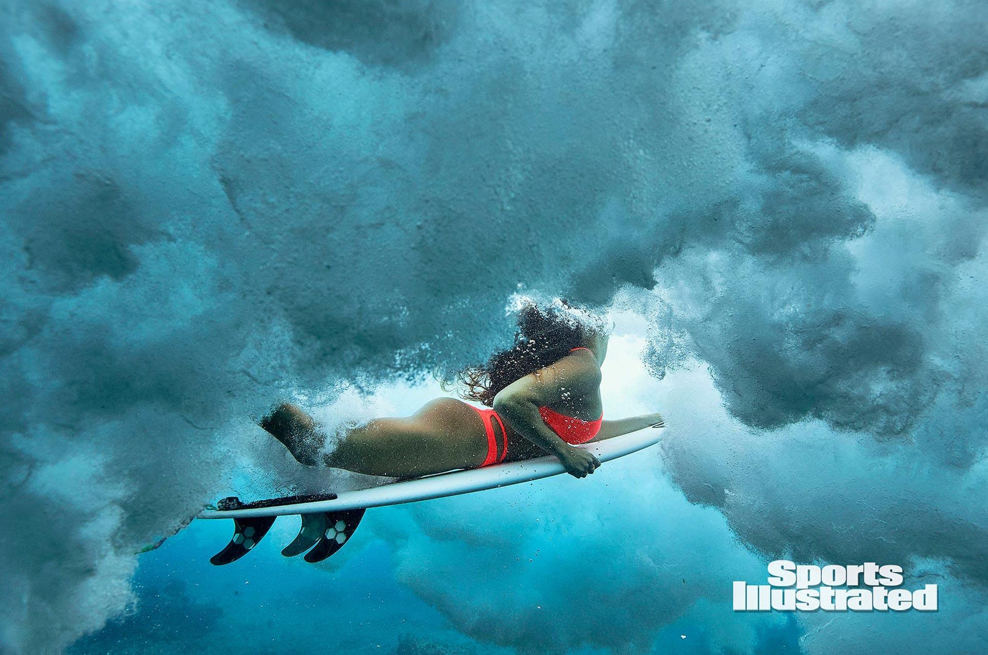 Малия Мануэль в каталоге купальников Sports Illustrated Swimsuit 2020 / фото 08