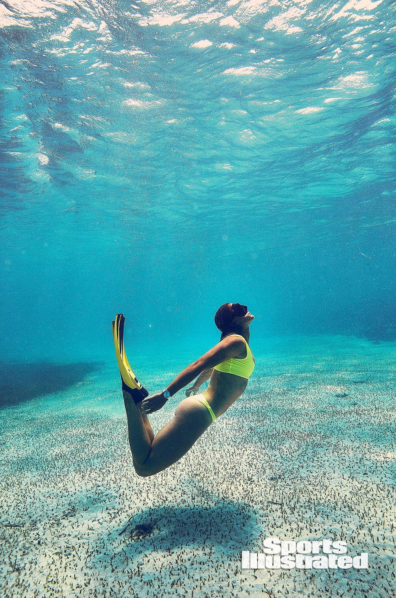 Кортни Конлог в каталоге купальников Sports Illustrated Swimsuit 2020 / фото 07