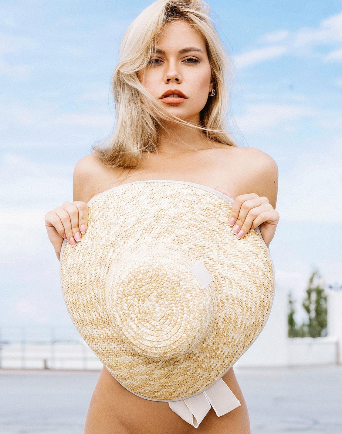 голая девушка в соломенной шляпке / фото 09