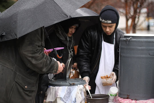 Раздают гречку под дождём