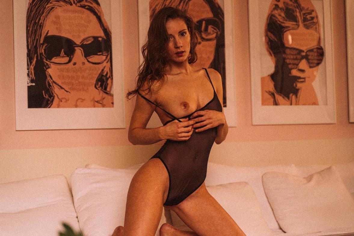 мечтающая девушка в кружевном нижнем белье / фото 21