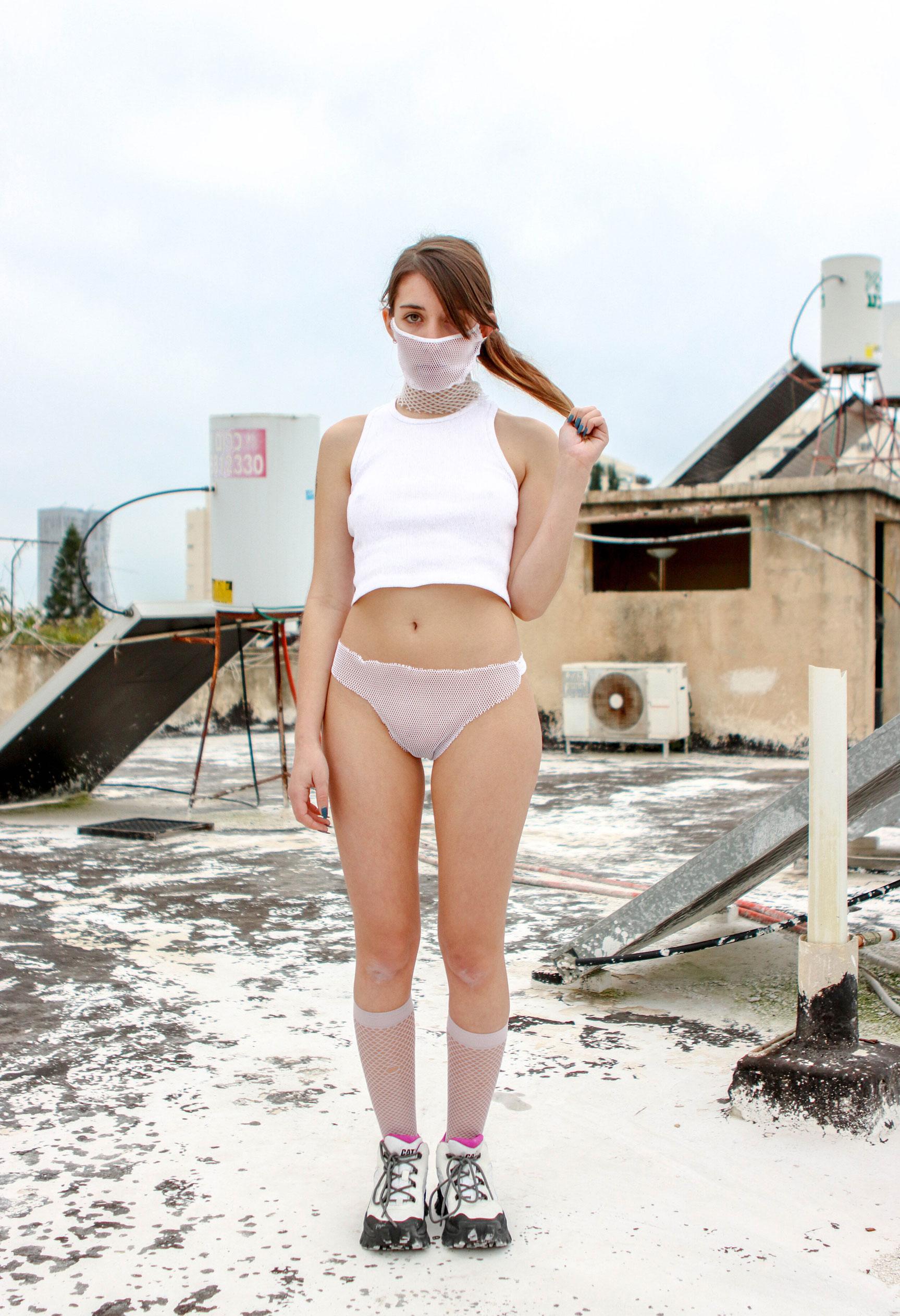 Девушка в маске и трусах / фото 08