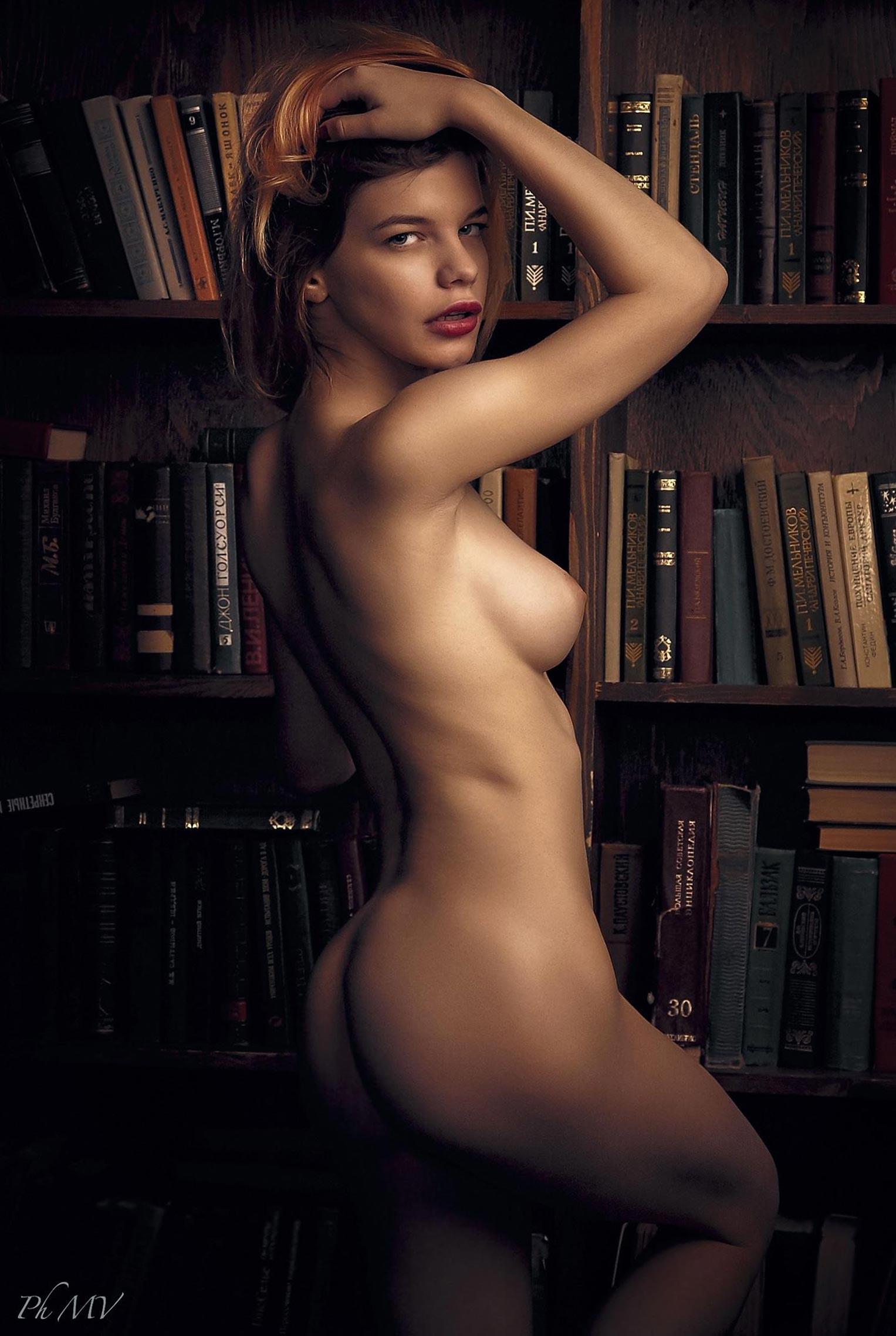 голая Мария Зайцева в старом профессорском доме / фото 06