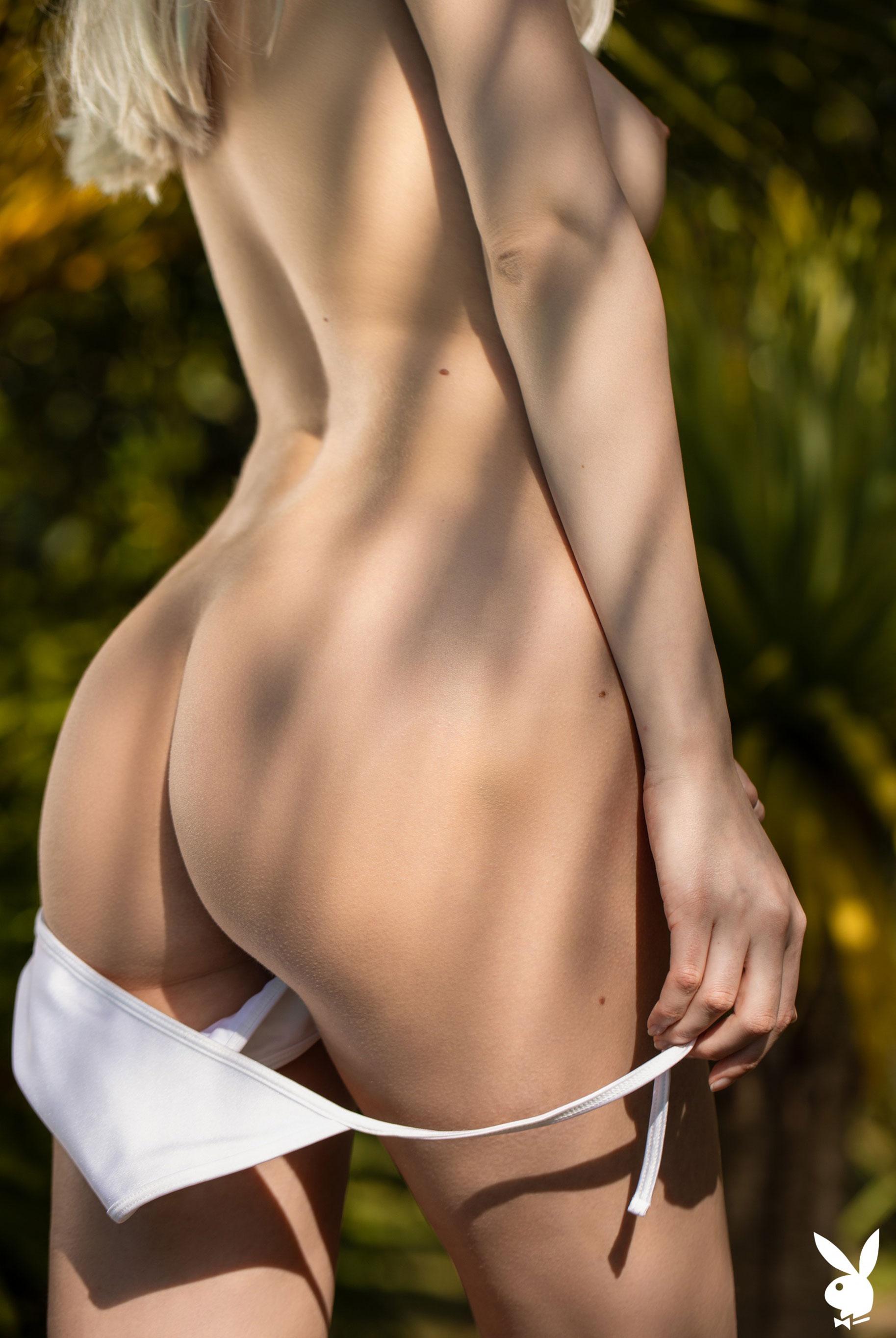 Сексуальная и голая Моника Васп в окружении тропических растений / фото 14