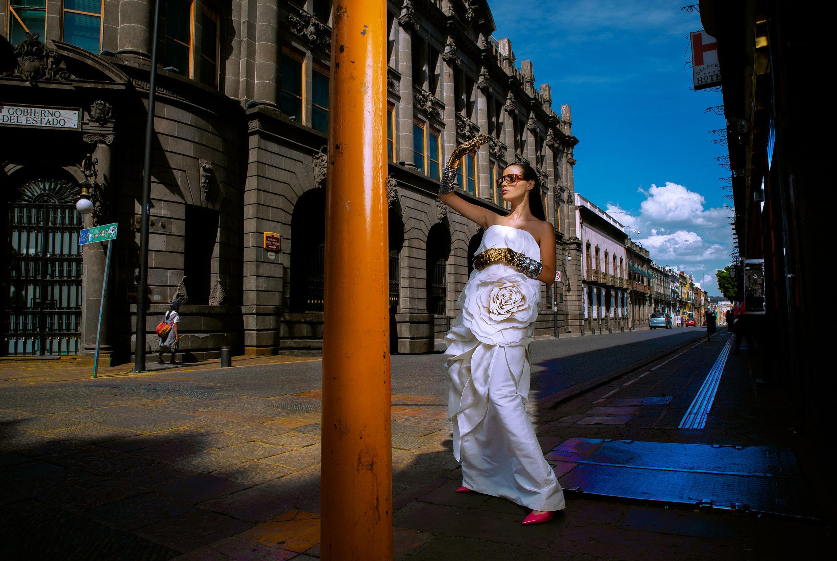Заира Майари в модном показе на улицах Пуэбла-сити / фото 04