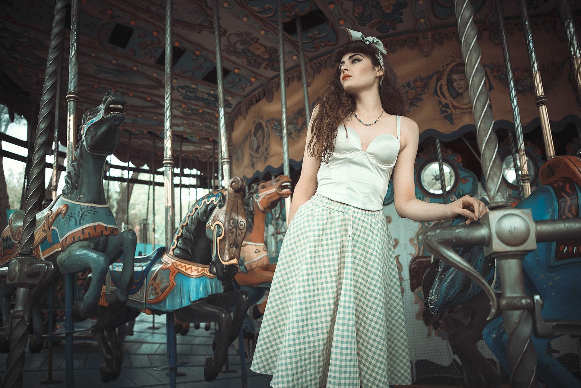 Девушки отдыхают в парке развлечений в стиле 1950-х годов / фото 08