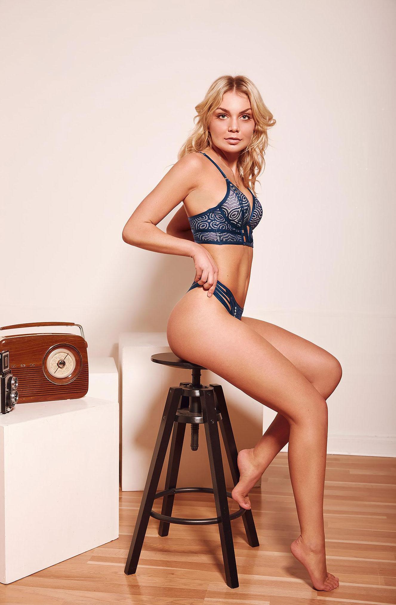 блондинка в винтажных интерьерах / фото 16