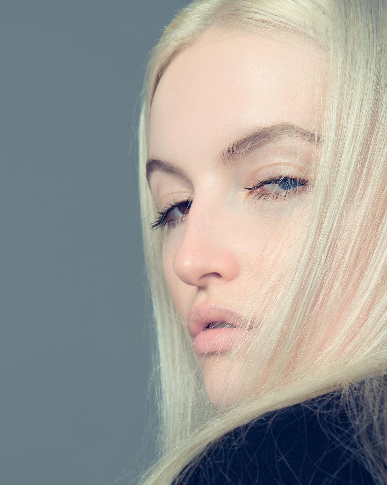 Shy Girl / Magdalena Rzazewska by Adam Trzaska / Kaltblut Magazine