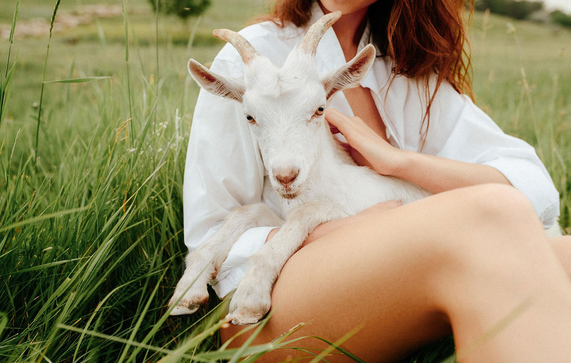 Прогулка с красивой девушкой в летнем поле / фото 01