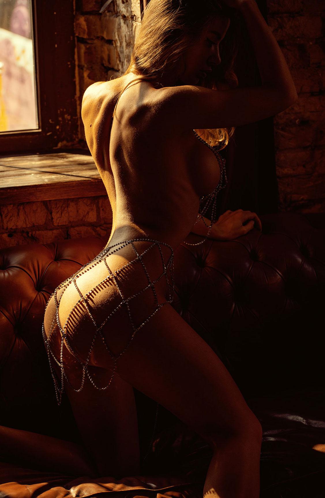 Сексуальная голая девушка в драгоценных цепях / фото 03