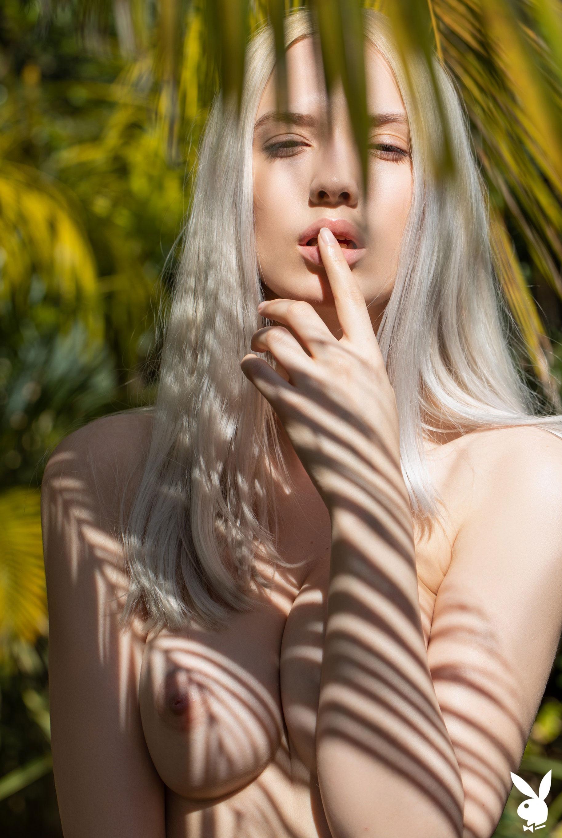 Сексуальная и голая Моника Васп в окружении тропических растений / фото 21