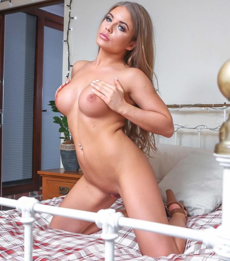 Alessandra Jane se desnuda y muestra su coño rasurado
